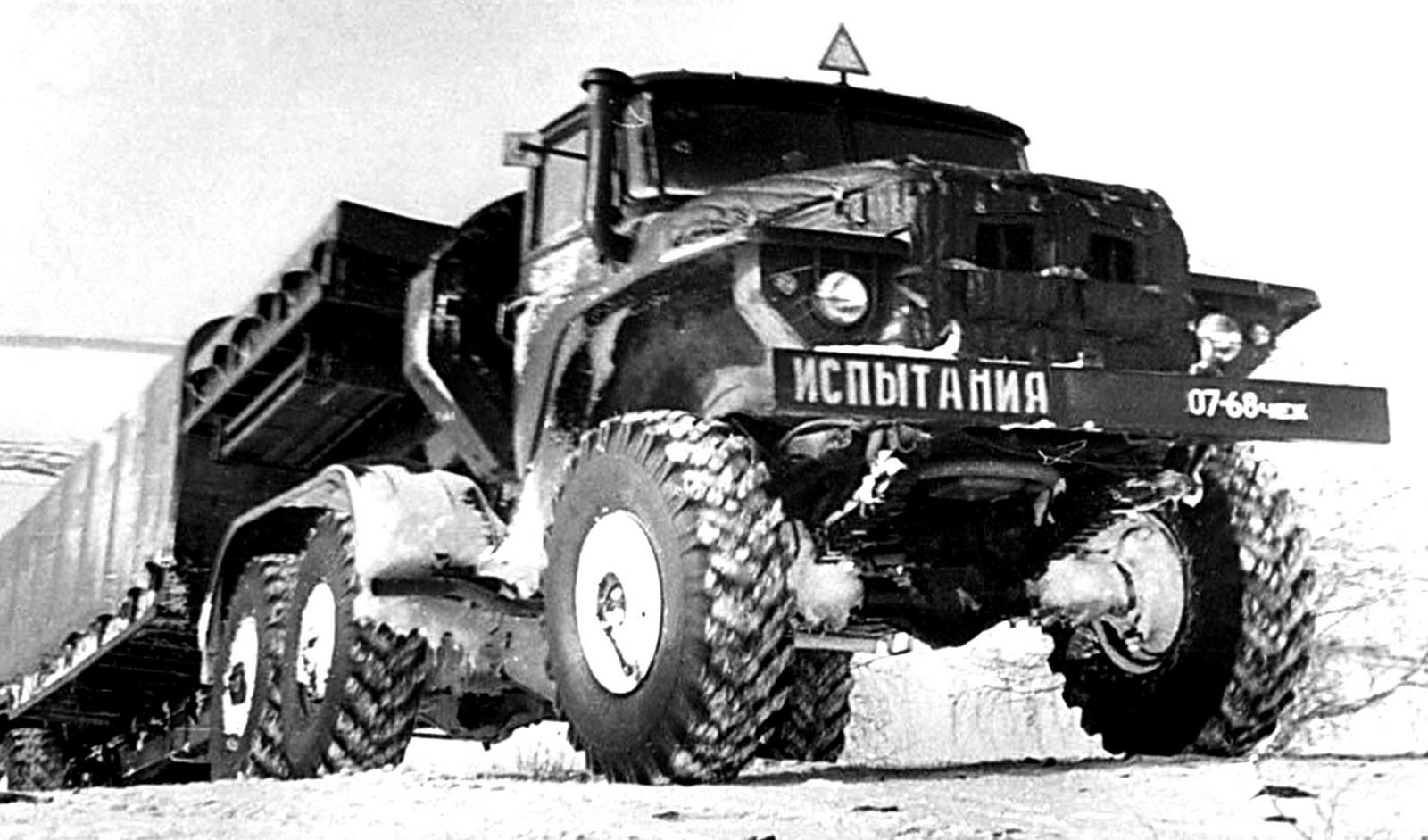 Испытания тягача Урал-380 с закрытым активным полуприцепом Урал-862 (из архива В. Дмитриева)