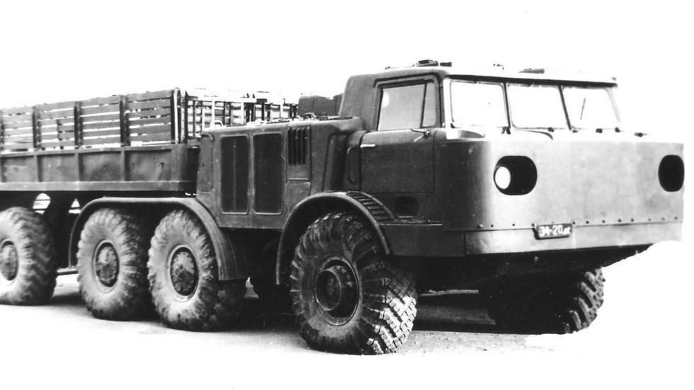 Военизированный грузовик ЗИЛ-135Л4 с лобовой бронезащитой (из архива 21 НИИЦ)