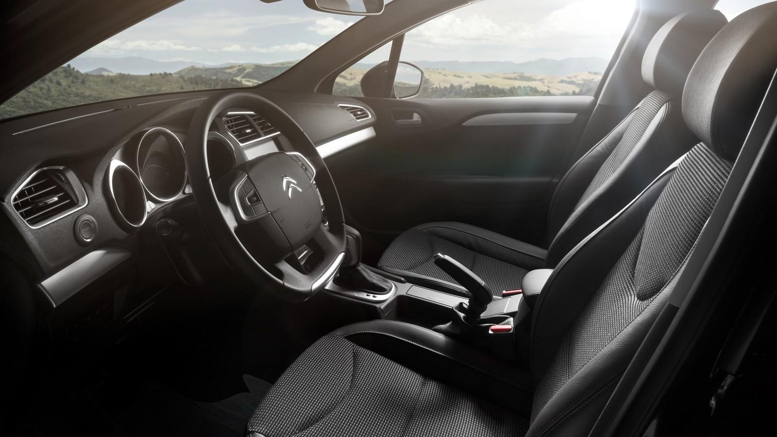На фото: интерьер Citroen C4 Sedan