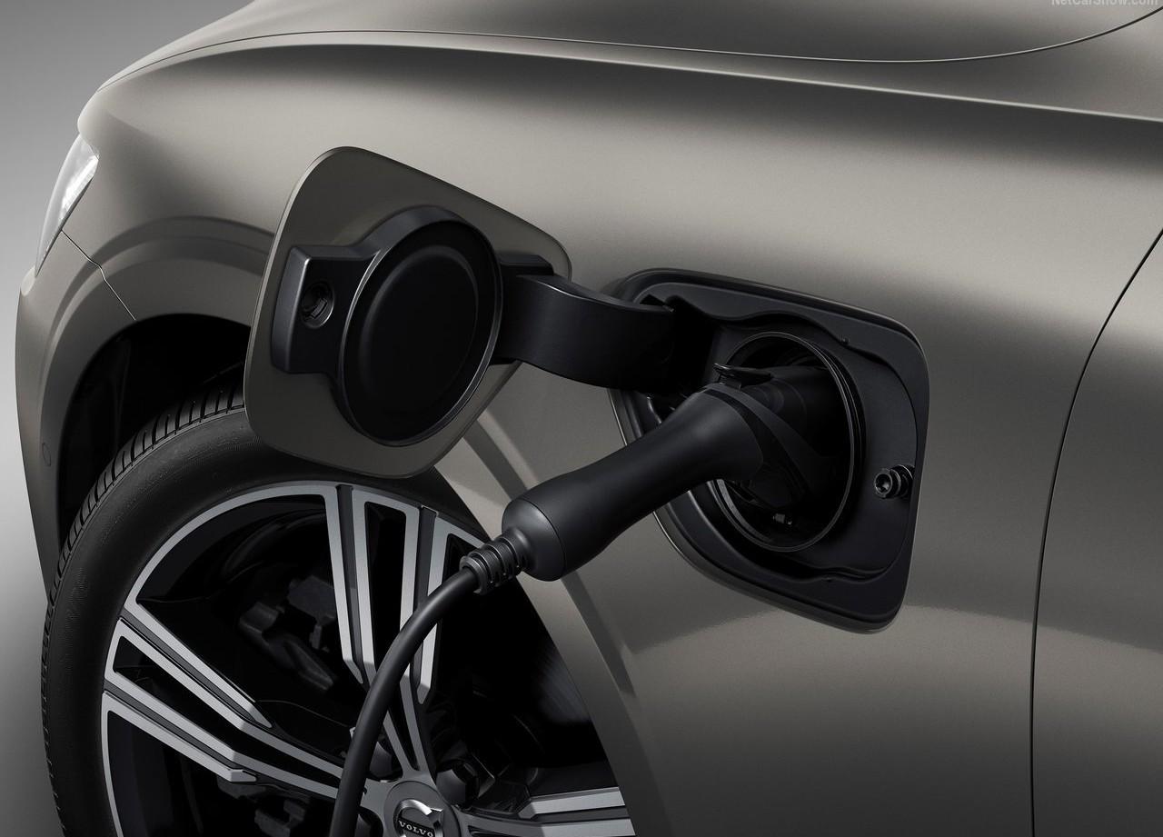 На фото: лючек для зарядки гибридного Volvo V60