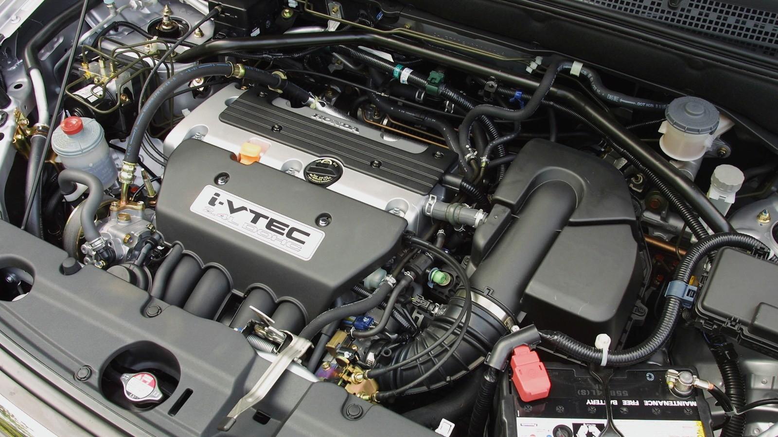 На фото: Под капотом Honda CR-V 4WD '2001–04