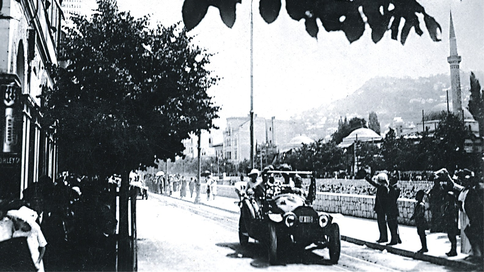 Автомобиль Франца Фердинанда и Софии на набережной реки Миляцки