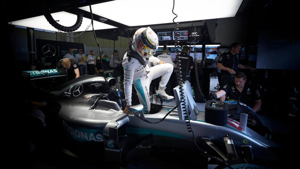 Оба пилота Mercedes в этом году ведут напряжённую борьбу за титул чемпиона