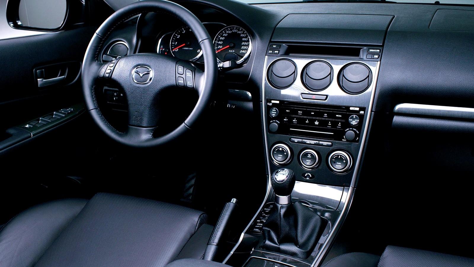 На фото: Торпедо Mazda6 Sedan (GG) '2005–07