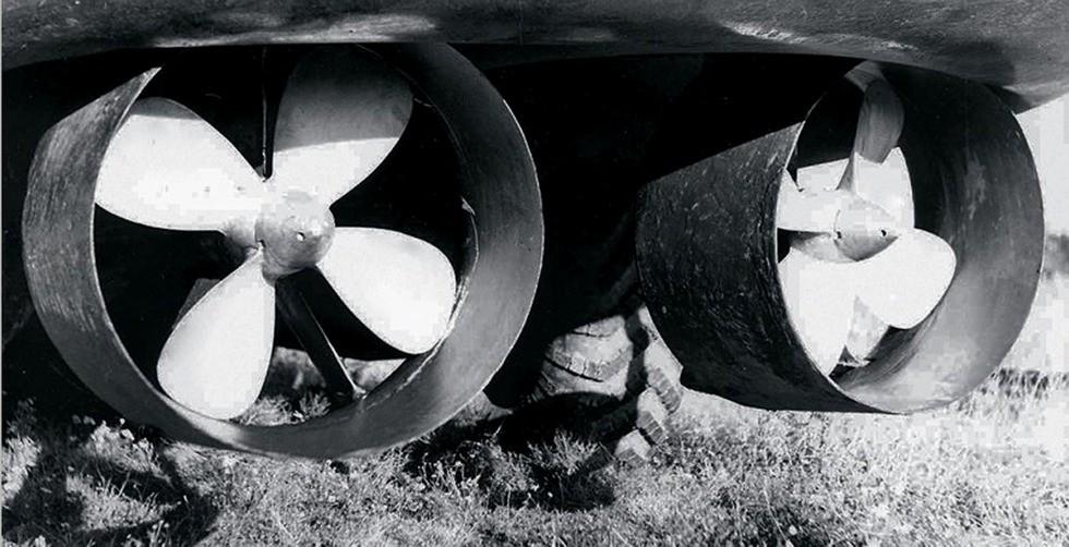 Гребные винты диаметром по 700 мм в поворотных кольцевых насадках