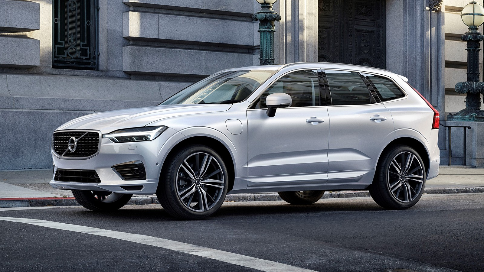 На фото: Volvo XC60 T8 R-Design