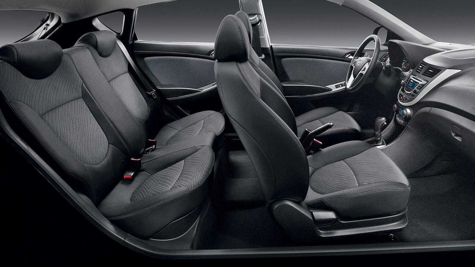 На фото: Интерьер Hyundai Solaris Hatchback '2014–16