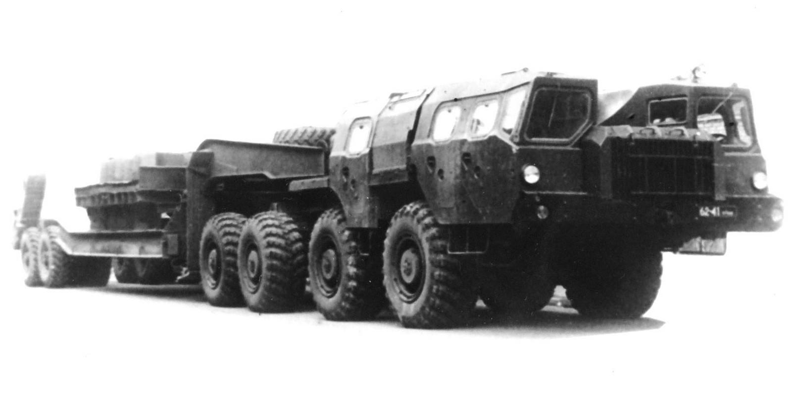 Тягач МАЗ-74101 с третьей кабиной и войсковым полуприцепом МАЗ-5247Г