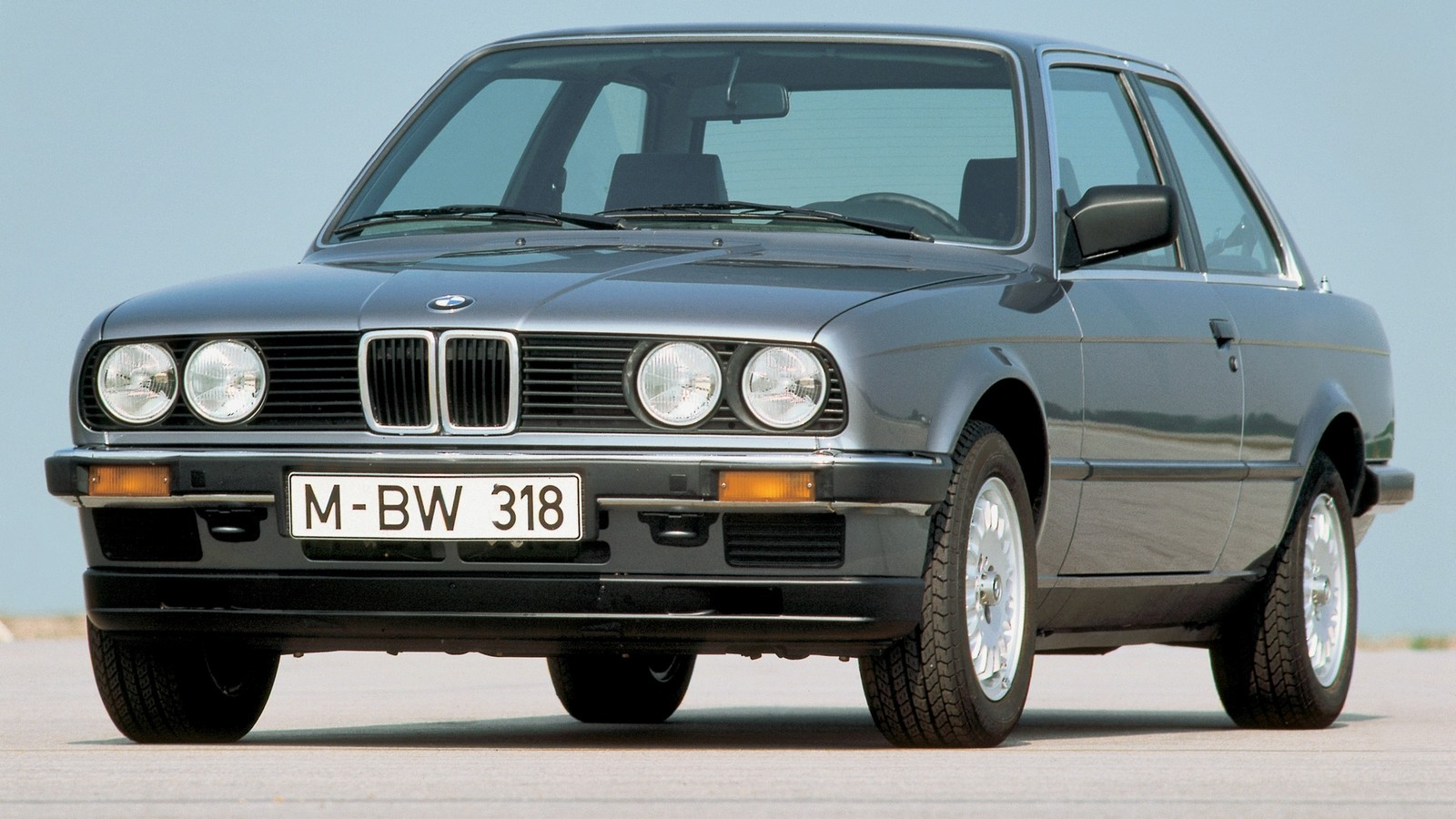 На фото: BMW 318i Coupe (E30) '1982–91