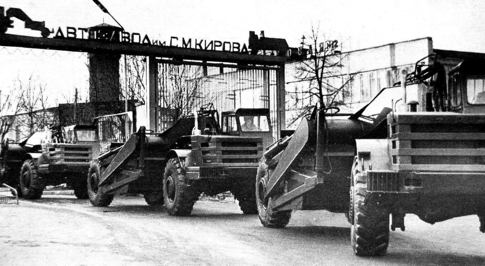 Самоходные скреперы с тягачами МоАЗ-546П выходят из ворот Могилевского автозавода (из проспекта МоАЗ)
