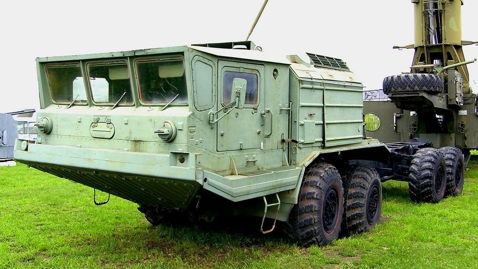 Военный автомобиль-шасси БАЗ-6950 с пластиковой кабиной (фото К. Дунаева)