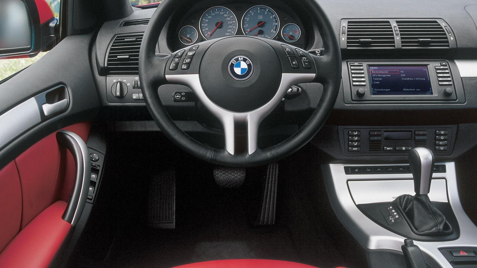 На фото: Торпедо BMW X5 4.6is (E53) '2002–03