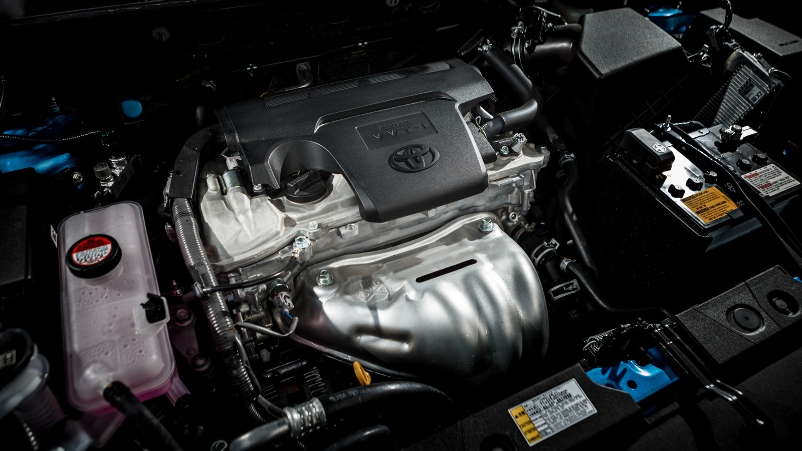 На фото: Под капотом Toyota RAV4 '2015–н.в.