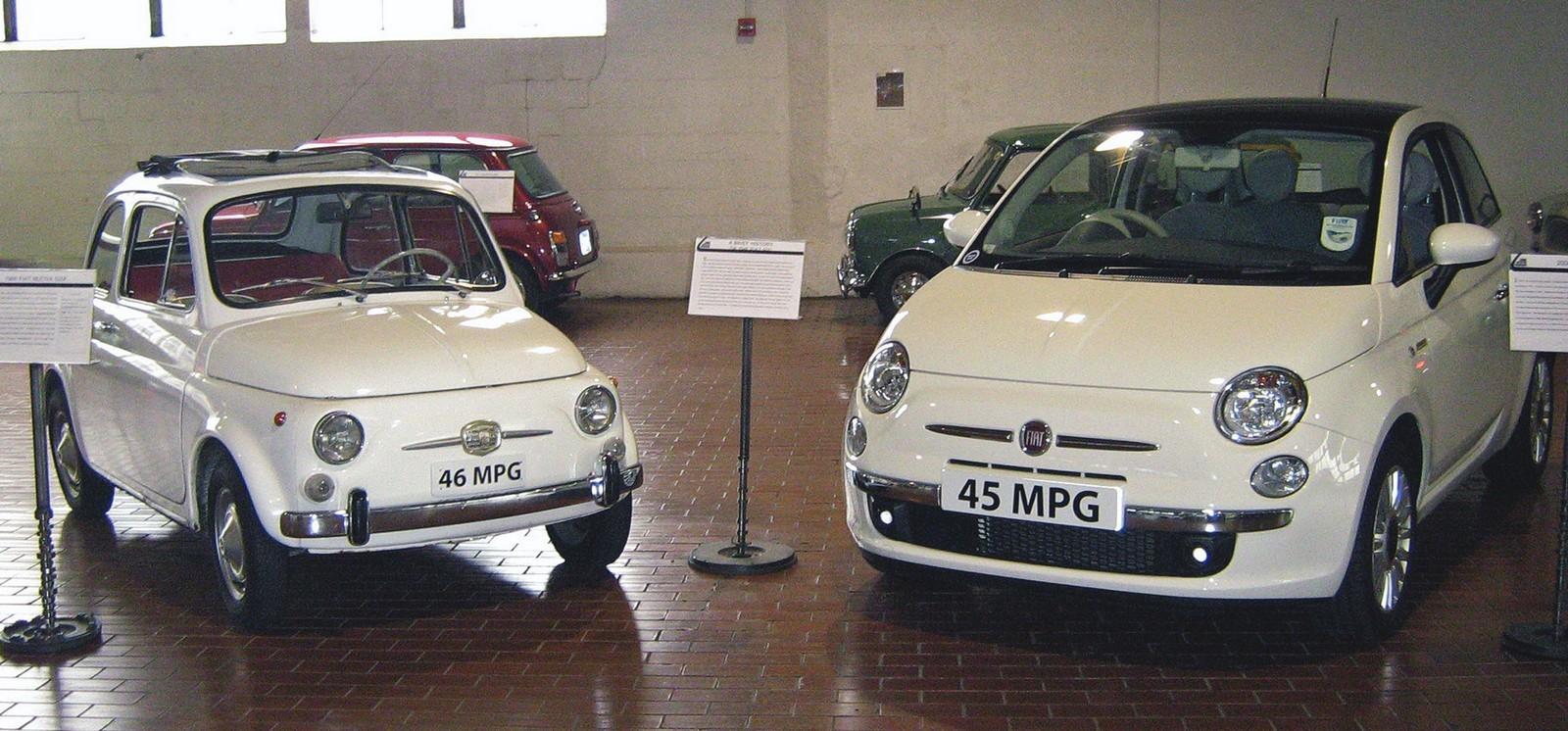 Fiat Nuova 500 1966 года и Fiat 500 2008 года рядом