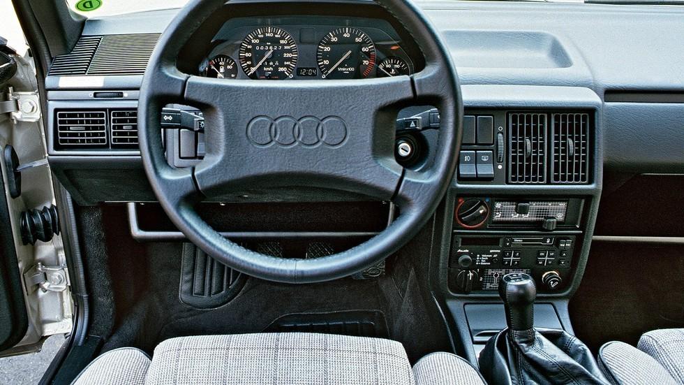 Полноприводная версия Quattro в салоне отличалась лишь некоторыми дополнительными органами управления, расположенными внизу центральной консоли