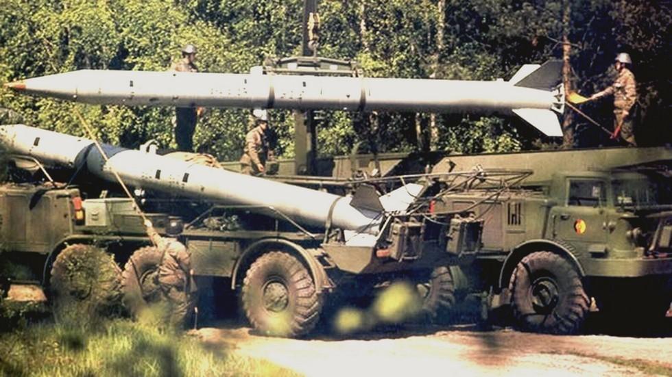 Перегрузка ракеты 9М21 с ТЗМ 9Т29 на пусковую установку (из архива автора)