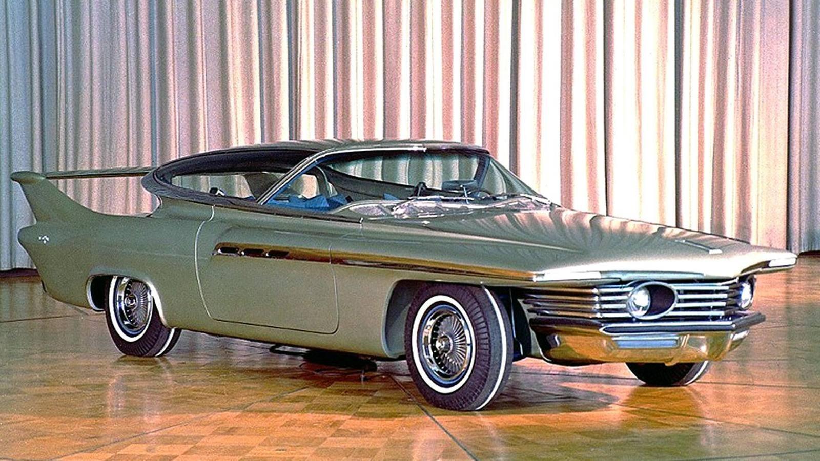 Фото 1. Газотурбинная 100-сильная машина Plymouth Belvedere после завершения пробега «от океана до океана». 1956 годФото 2. Демонстрация автомобиля Plymouth Fury с двигателем CR-2. Слева — изобретатель Джордж Хюбнер. 1959 годФото 3. Газотурбинное купе Dodge Dart-330 Turbo с 140-сильным ГТД CR-2A после пробега вокруг Америки. 1962 годВ начале 60-х исключением из правил стал эффектный шоу-кар Chrysler TurboFlite с экстравагантным кузовом работы итальянской дизайнерской фирмы Ghia и собственным 140-сильным агрегатом CR-2A. Автомобиль выделялся узким клиновидным передком, задними крыльями со связывавшим их антикрылом и широкими боковыми дверями, при открывании которых приподнималась и откидывалась назад солидная конструкция, состоявшая из крыши, лобового и боковых окон.Почти полностью разбиравшаяся для прохода в салон экспериментальная машина TurboFlite с кузовом GhiaВ 1960-е самым удачным и наиболее перспективным газотурбинным легковым автомобилем считался двухдверный седан Chrysler Turbine, построенный достаточно крупной партией из 50 машин. Интересно, что для оценки будущего спроса их бесплатно раздавали избранным клиентам и рядовым американским автомобилистам, каждый из которых мог бесплатно пользоваться такой машиной в течение трех месяцев и затем высказать свое мнение. Одновременно их демонстрировали во многих штатах Америки и за рубежом.Сборка легковых автомобилей Chrysler Turbine на новом заводе в Челси, штат МичиганТест-драйв газотурбинной машины Chrysler Turbine на холмистой местности. 1963 годПривлекательный и комфортный четырехместный кузов с виниловой крышей собирала итальянская фирма Ghia и отравляла его в Америку. Передняя часть автомобилей напоминала воздухозаборники реактивных самолетов, задок был похож на сопла авиационных турбин, а яркий и богато оформленный красно-оранжевый салон, напоминавший самые дорогие и роскошные лимузины, почему-то не имел кондиционера. В подкапотном пространстве умещался модернизированный ГТД А-831 мощностью 130 л.с., весивши