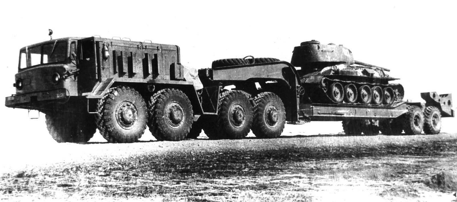 Ранний МАЗ-537Г с танковым полуприцепом МАЗ-5247Г. 1967 год (из архива НИИЦ АТ)
