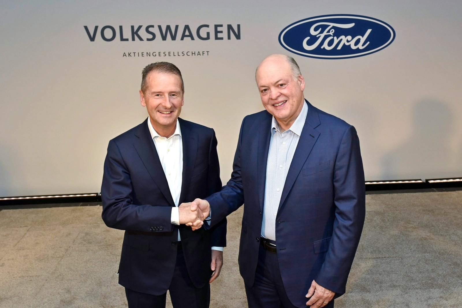 Глава VW Герберт Дисс (слева) и глава Ford Джим Хэкетт (справа) вновь пожали друг другу ручки в знак всё более многообещающего сотрудничества.