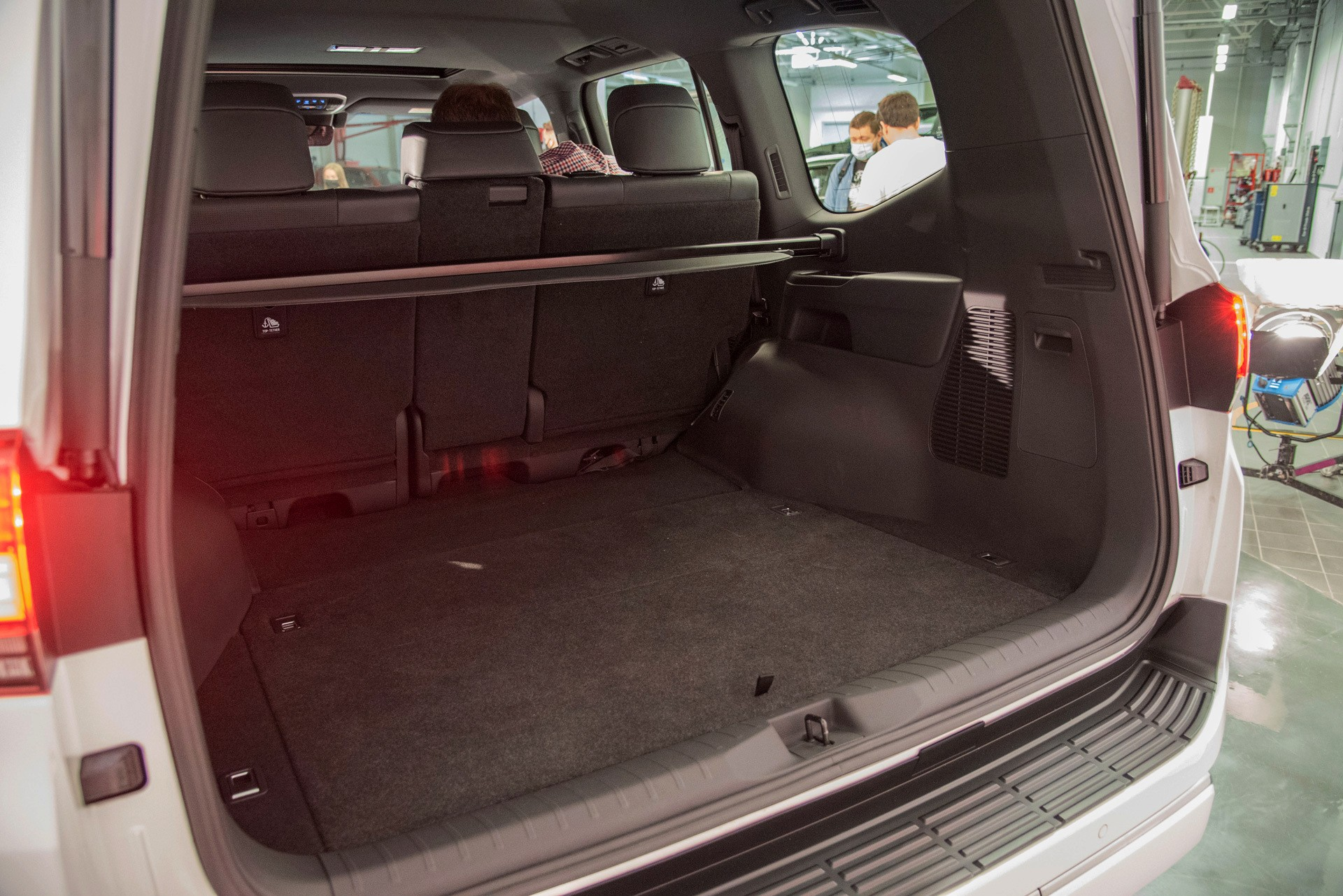 С тремя блокировками, с рамой, но без V8: обзор нового Toyota Land Cruiser 300