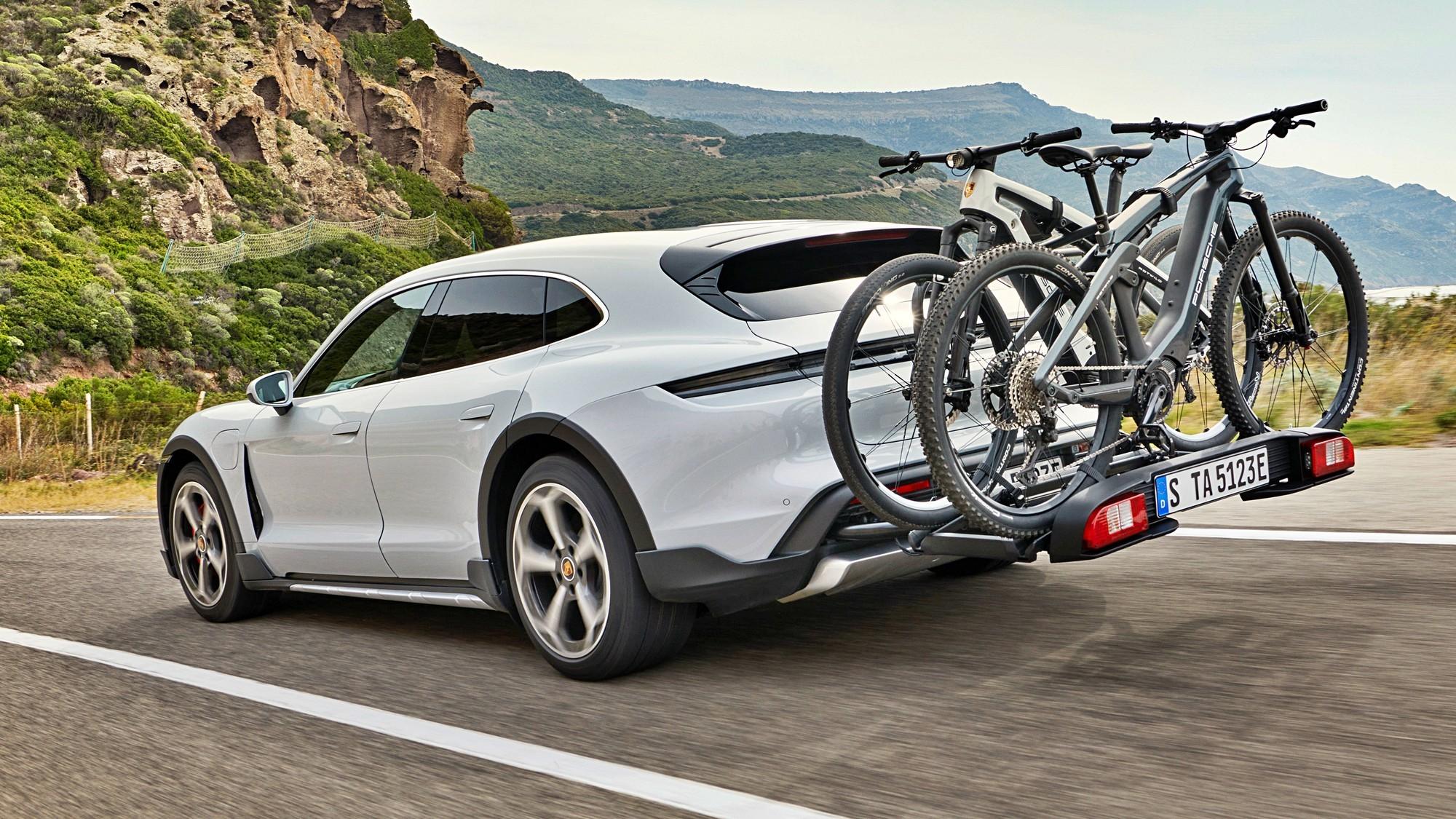 «Сарай» c электричеством: Porsche Taycan Cross Turismo хочет казаться кроссовером