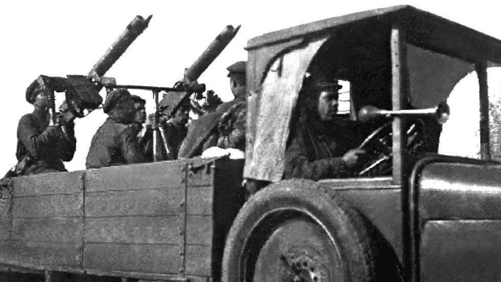 Спаренная зенитная пулеметная установка в кузове АМО-Ф-15 (кинокадр)