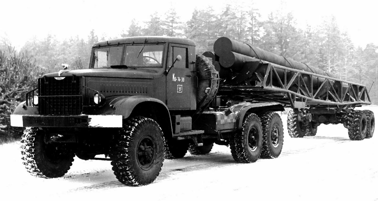 Опытный автопоезд КТ-214-40П с трубчатыми имитаторами длинномерных ракет (из архива НИИЦ АТ)