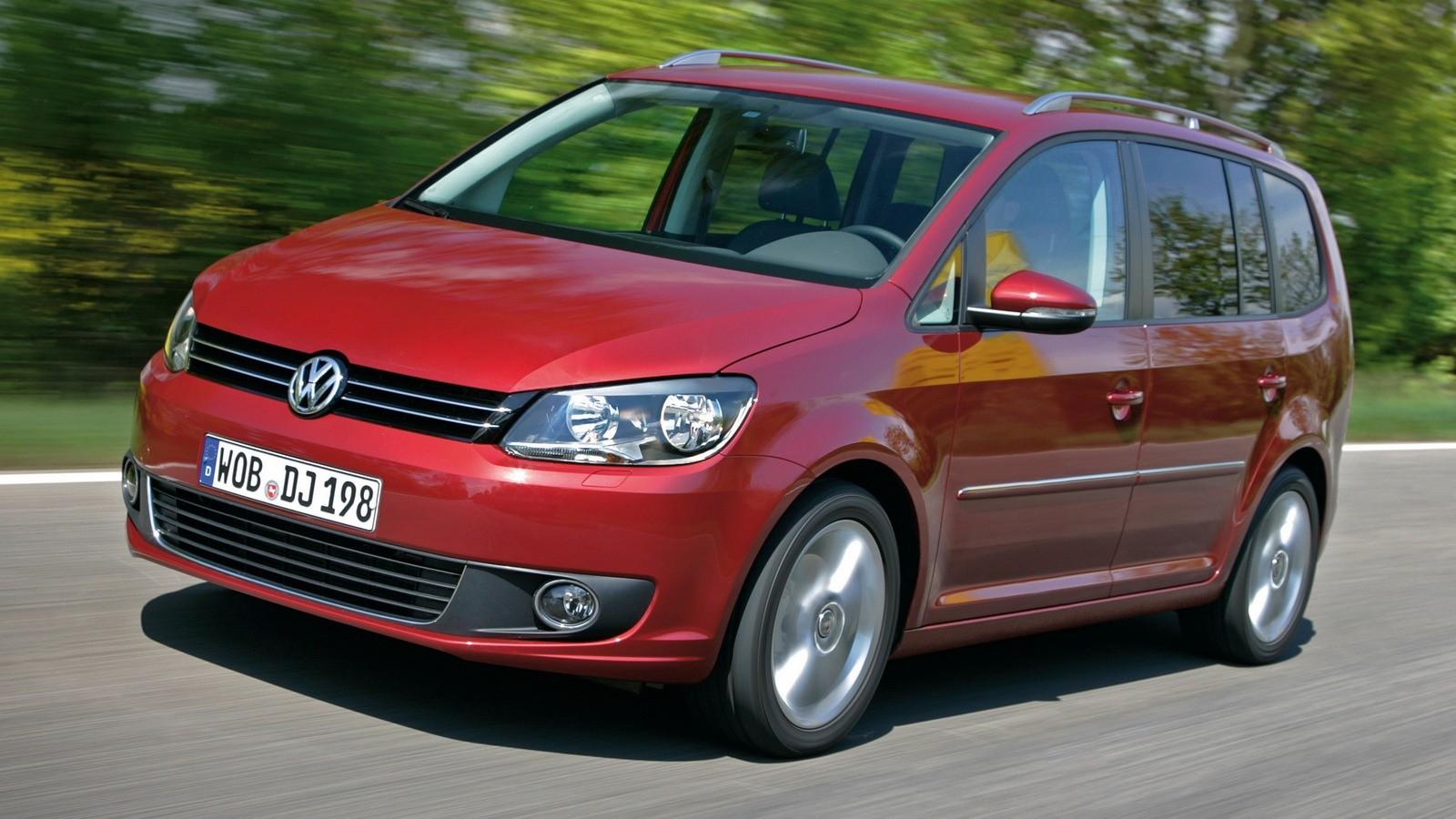 Volkswagen Touran '2010–15 красный три четверти на трассе