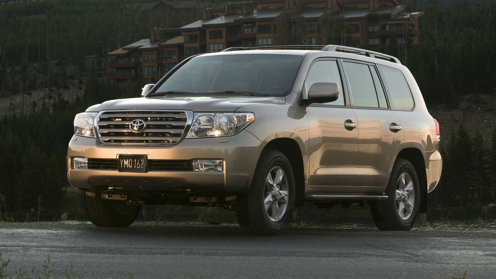 На фото: Toyota Land Cruiser 200 '2007–12