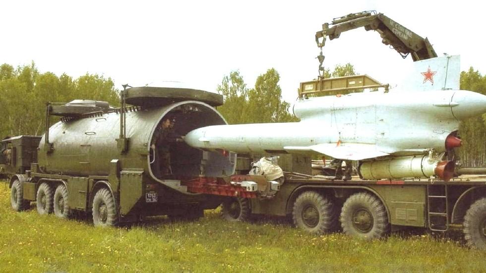 Перегрузка самолета Ту-243 с ТЗМ на пусковую установку (из архива Р. Данилова)