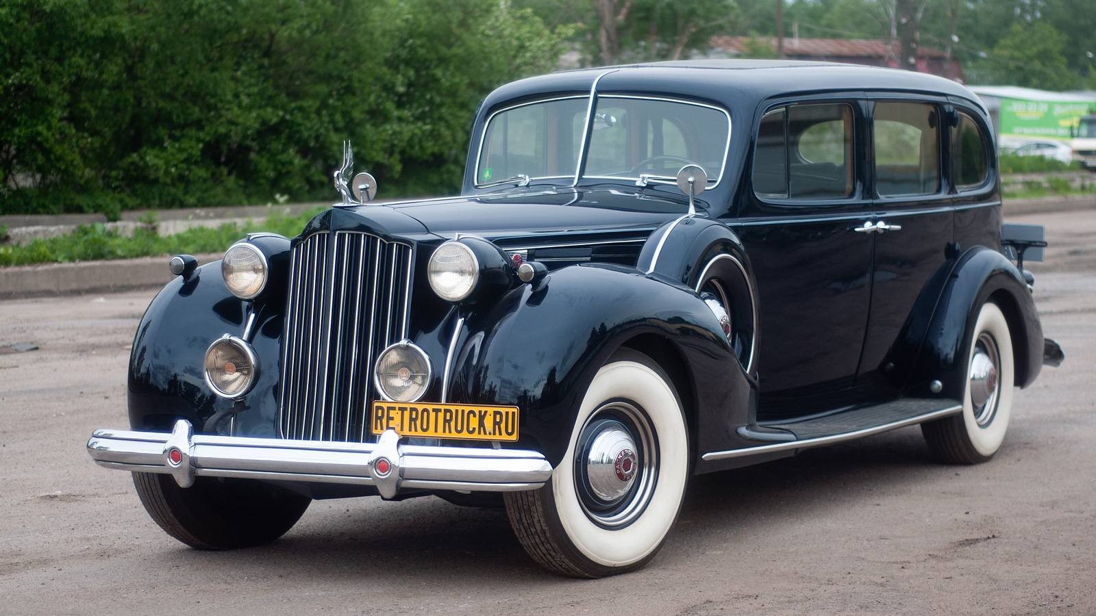 """Зато Packard умел делать дорогие машины. Взгляните на этого восьмидесятилетнего старичка. Вот как вы думаете, сколько у него лошадиных сил? 60? 90? 120? Да как бы ни так. У этой машины под капотом целых 205 """"лошадок"""" при 8,2 литрах объёма… И 205 л.с. для 1939 года — это очень много. Да что там для 1939 — сейчас это тоже неплохая мощность. Правда, и весит машина около трёх тонн. Для объёмности картины поясним, что в 1932 году, когда этот мотор только появился, он развивал всего 160 л.с. при объёме 7,3 л. И его дважды просто """"расточили"""", увеличивая объём. Первый раз — в 1936 году до 7,8 л, второй раз — в 1939 до нынешних 8,2 л.У мотора есть и свои недостатки. Например, регулировка клапанов тут — это не для слабых духом. Нужно снять коллекторы, головки… А на одной """"голове"""" только болтов больше 20 штук. Зачем-то хромированных. Да и вообще настройка этого мотора — процесс сложный. Несмотря даже на скромность, выражающуюся в количестве карбюраторов — тут всего один Stromberg. Впрочем, есть некоторые другие технические изыски.Посмотрите, например, на жалюзи радиатора. Они управляются термостатом: при нагреве механическая тяга их открывает, а когда охлаждающая жидкость (в Америке в это время она уже появилась) остывает, тяга их закрывает. Просто и интеллигентно.Ну, а в остальном тут стоит смотреть на детали. Подсветка подножек, пепельницы с деревянными накладками, опоры для ног, которые сзади можно вытянуть полностью, кармашки для мелочи…Обратите внимание на красивое решение, которое позволило не сокращая объём багажника оставить много пространства задним пассажирам.видео из инстаграмаЧтобы меня не закидали помидорами за чрезмерное почитание американского автомобильного гения, я всё-таки придерусь к некоторым мелочам. Вот, например, крыша…видео из инстаграмаА ещё один серьёзный недостаток можно обнаружить за рулём."""