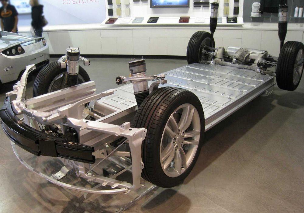 Расположение аккумуляторного блока в автомобиле Tesla