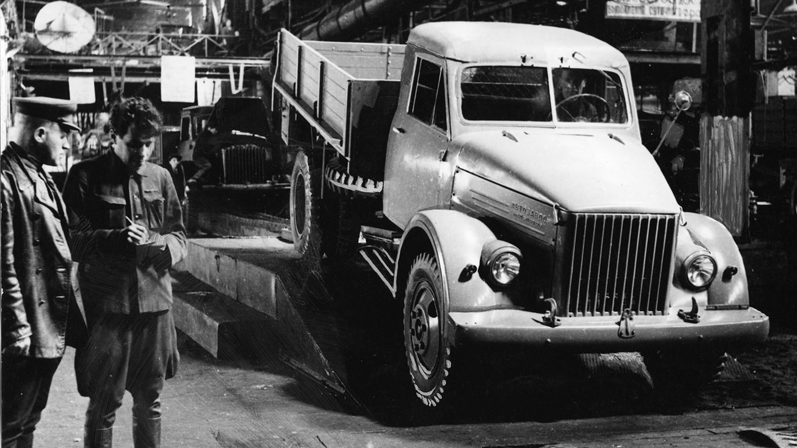 Главный конвейер. Сборка автомобилей ГАЗ-51. 1946 г