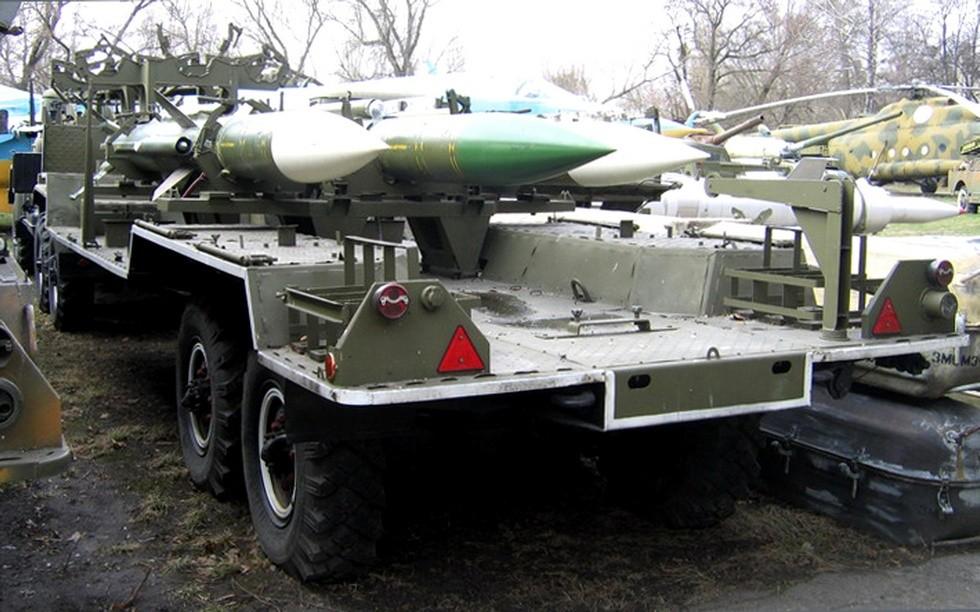 Удлиненный полуприцеп ЗИЛ-137Б с зенитными ракетами транспортной машины 9Т227