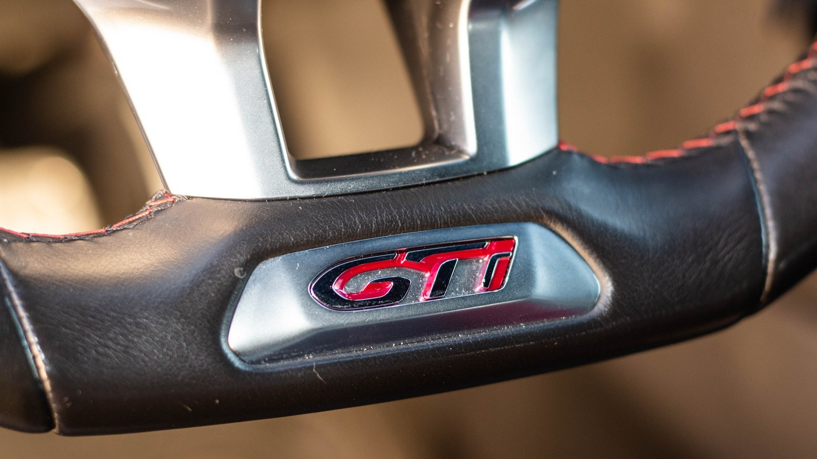 Peugeot 208 GTI эмблема на руле