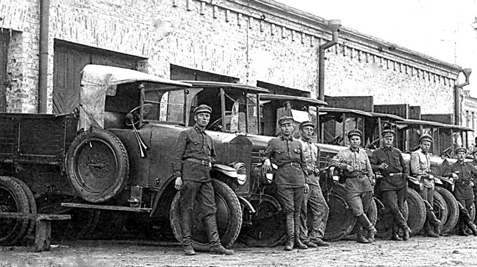 Грузовики АМО-Ф-15 разных лет выпуска на военных маневрах. 1928 год