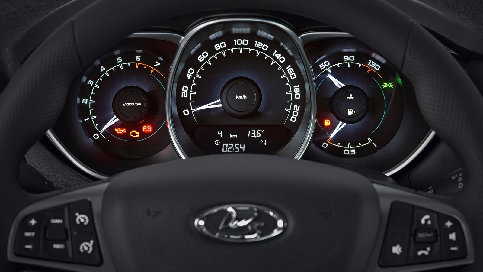 На фото: панель приборов российского варианта Lada Vesta
