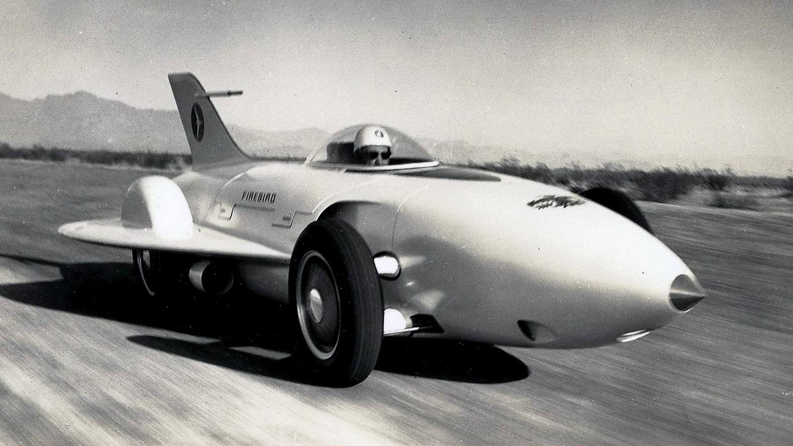 Нелетающий истребитель GM Firebird XP-21 со спрятанным в корпусе ГТД и декоративным оперениемНо, присмотревшись, под стеклопластиковым кузовом можно было увидеть 380-сильный ГТД GT-302 компании Allison, весивший около 350 кг и разгонявший бутафорский самолет до 370 км/ч. Он снабжался по-автомобильному независимой подвеской и внутренними тормозными барабанами.Необычный газотурбинный автомобиль-самолет Firebird I в экспозиции GM Heritage CenterЧерез три года был представлен более строгий четырехместный вариант Firebird II (XP-43) с новым ГТД GT-304 в 200 сил при рабочем режиме 25 тысяч оборотов в минуту и дисковыми тормозами. На этот раз он был похож на гоночный автомобиль с передним остроконечным обтекателем и упрятанными в него фарами, небольшими боковыми крыльями, прозрачной крышей-фонарём и хвостовым оперением. В отличие от первенца его напичкали мелкими оригинальностями: двухсекционные двери, бортовой компьютер, блок автоматического переключения световых приборов.Второй газотурбинный вариант Firebird II, напоминавший рекордно-гоночный автомобиль. 1956 годХарли Эрл с удовольствием позирует у своего уникального газотурбинного детища GM Firebird IIВскоре за ним появилась третья приземистая шестиметровая «сказочная огненная птица» Firebird III (XP-73) с 225-сильным двигателем GT-305 и самолетным фонарём, ощетинившаяся всеми своими стеклопластиковыми кузовными панелями и ножевидными кромками дверей, крыльев и всевозможных хвостов. Для питания бортовых систем, кондиционера и круиз-контроля служил миниатюрный бензиновый движок в 10 сил.Третий газотурбинный уникум Firebird III с уймой полезных и бесполезных крыльев и крылышек. 1958 годChrysler Corporation: 27 лет во славу газовых турбинВ 1954 году эта корпорация сделала ставку на массовый выпуск перспективных легковых машин с газотурбинными силовыми установками. Для этого было создано специальное подразделение Chrysler Turbine Car, где под руководством главного конструктора Джорджа Хюбнера создавалось обширное семейство 