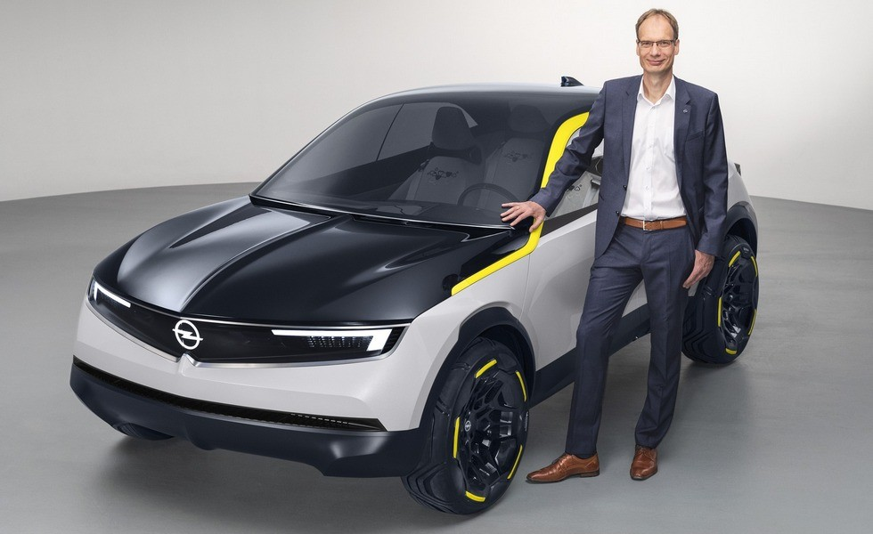 На фото: глава Opel Михаэль Лошеллер и концепт GT X Experimental