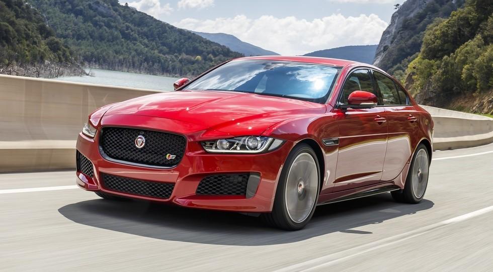 На фото: Jaguar XE