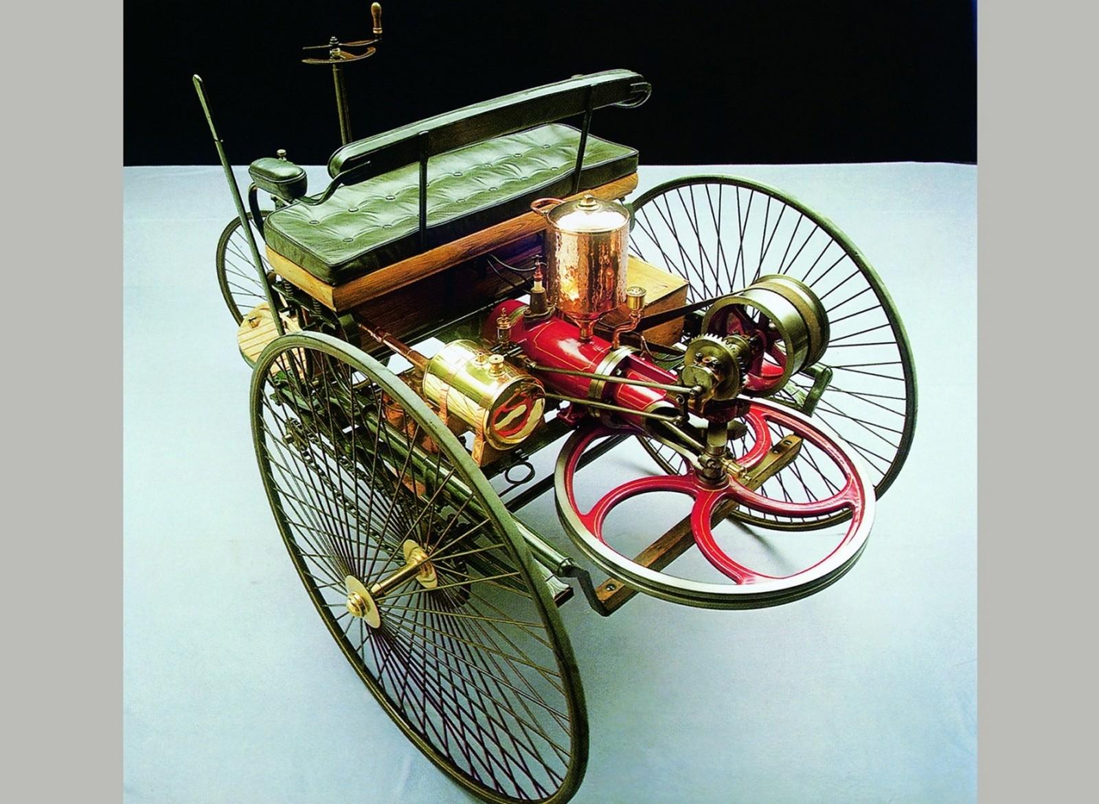 Первый в мире трехколесный самоходный экипаж Карла Бенца. 1885 год