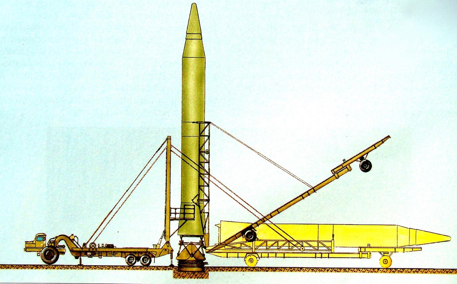 Установка ракеты Р-14 при помощи агрегата 8У224 с тягачом МАЗ-529В