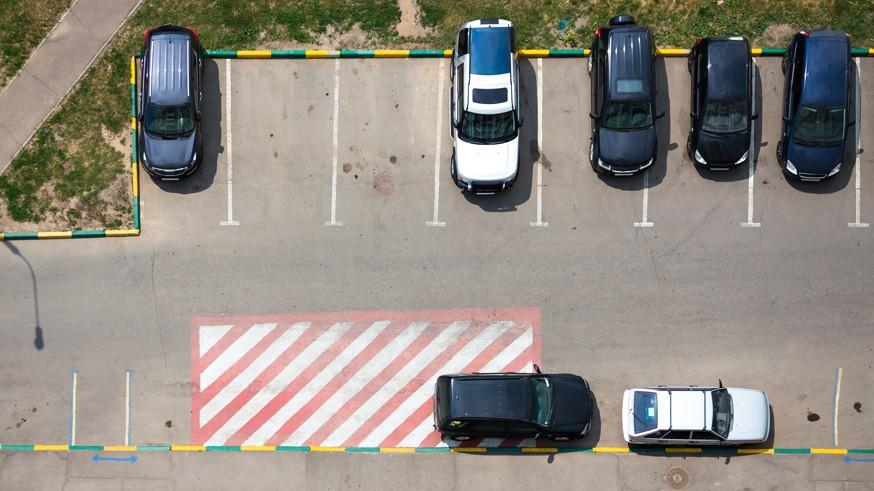 Помимо этого, в предварительном стандарте указано, что разметку для машино-мест можно делать разного цвета: синего – для платной парковки, белого – для бесплатной. По сведениям Росстандарта, этот ПНСТ должен быть утвержден в ноябре 2019 года. Напомним, такой стандарт позволяет проверить изменения на практике до разработки и ввода ГОСТа.Ранее Kolesa.ru сообщал о том, что в России могут появиться турбоперекрёстки и квадратные светофоры . Подобные пункты есть в том же предварительном стандарте «Экспериментальные технические средства повышения эффективности и безопасности дорожного движения». Первые позволят снизить аварийность и повысить пропускную способность дорог, а вторые будут более заметными для участников движения.