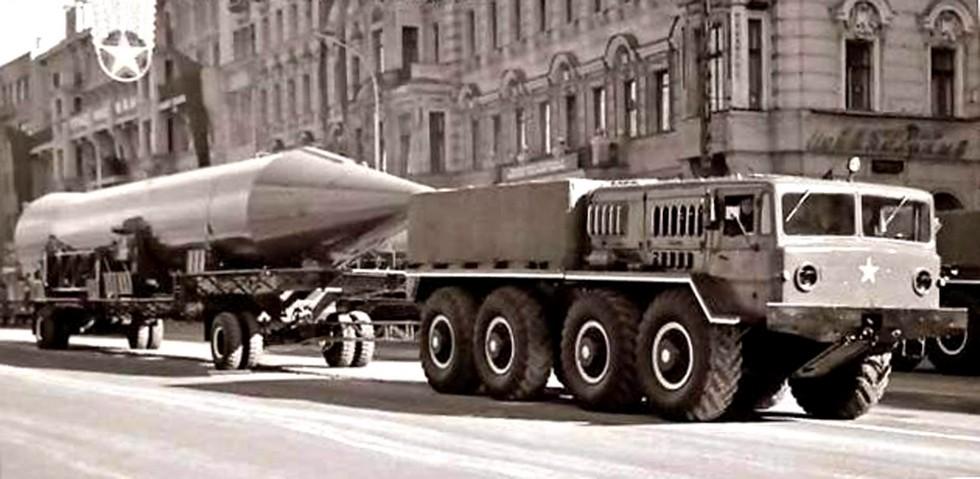 Балластный тягач МАЗ-535А буксирует двухосную тележку с ракетой Р-14
