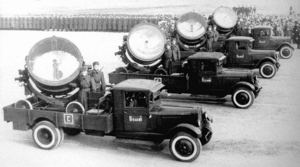 Зенитные установки З-15-4Б с 1,5-метровыми прожекторами на автомобилях ЗИС-14