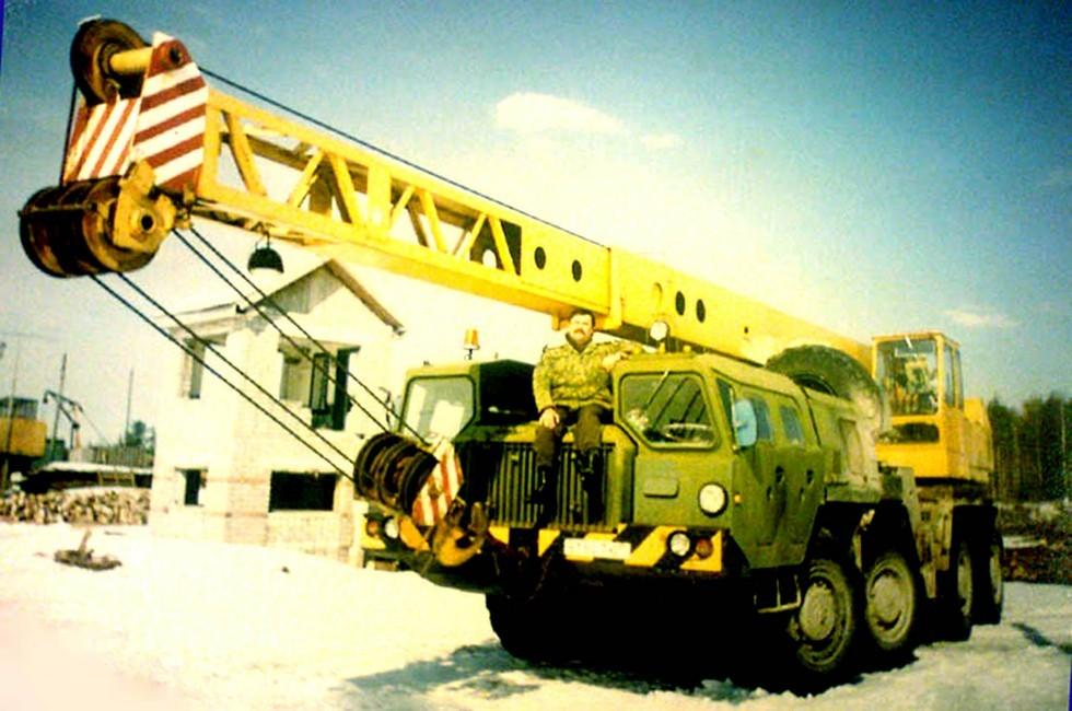 Памятное фото на автокране КС-5573, служившем на космодроме в Плесецке