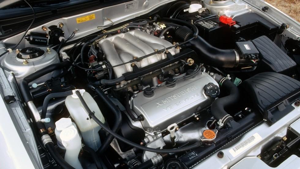 На фото: Под капотом Mitsubishi Galant V6 '1998–2001