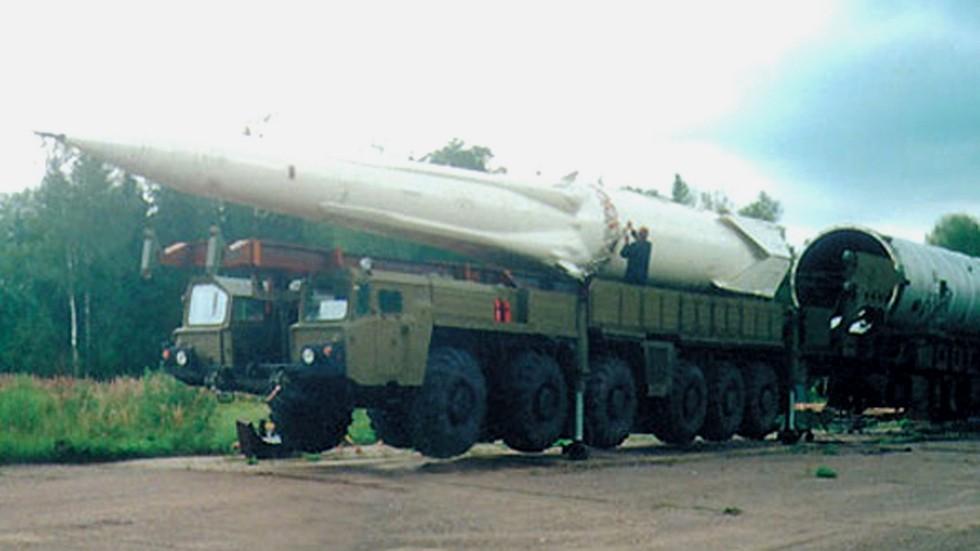Бескрановая перегрузка противоракеты 51Т6 с транспортно-перегрузочной машины в контейнер 81Р6