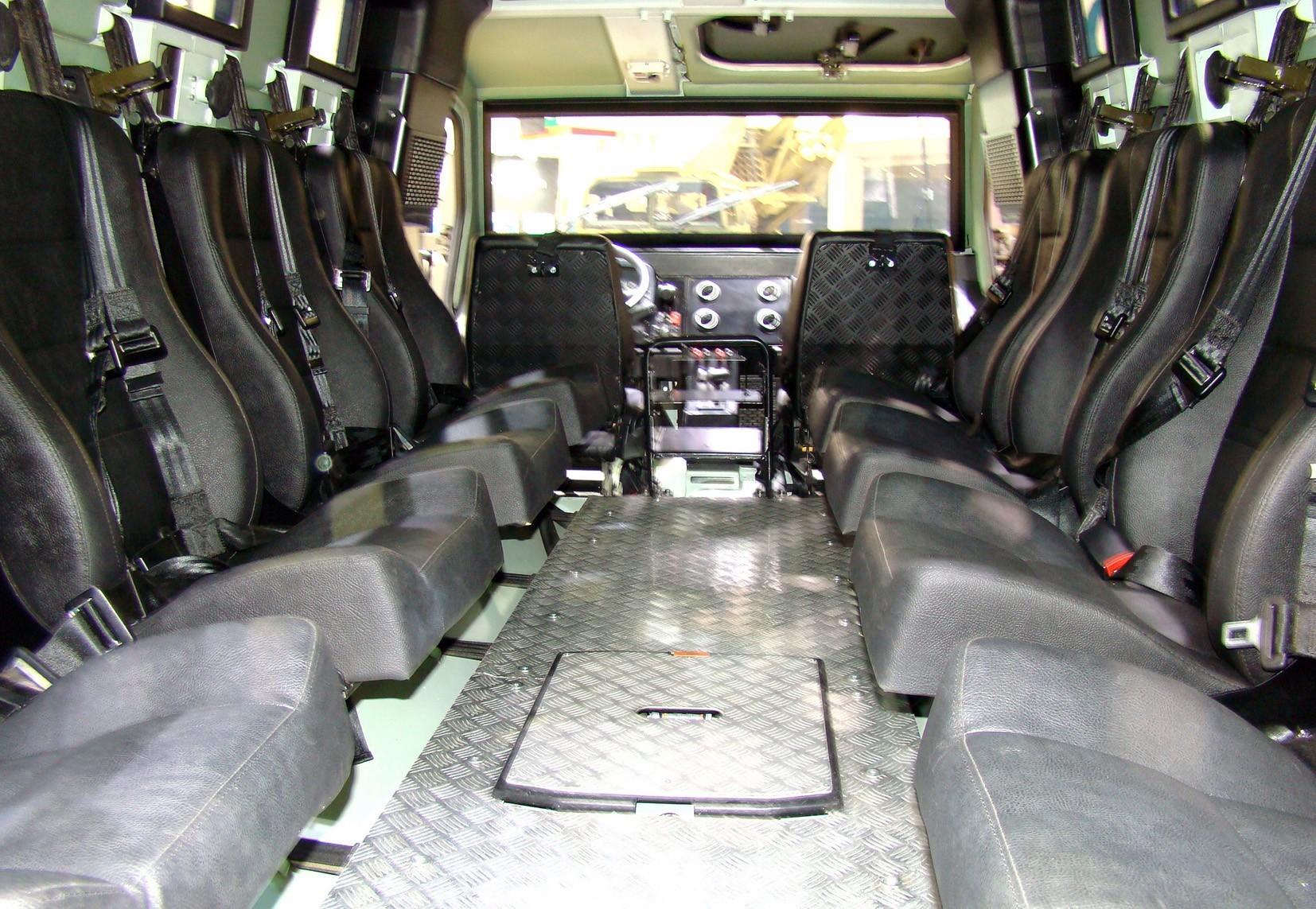 Интерьер боевой капсулы с индивидуальными регулируемыми креслами