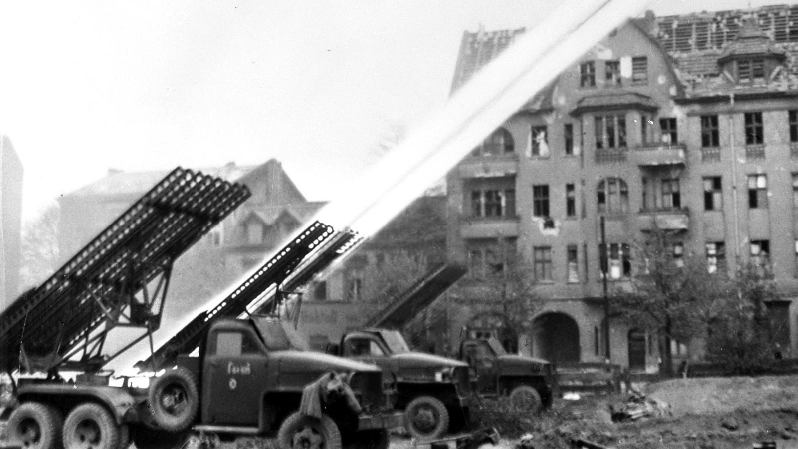 Боевые машины БМ-13 на американских «студебекерах» бьют по Берлину